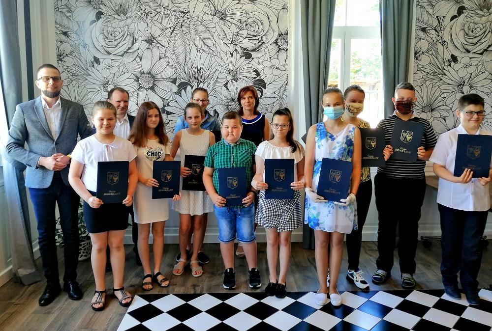 Miniaturka artykułu Nagrody Wójta Gminy Jeziorzany na zakończenie zajęć dydaktycznych w roku szkolnym 2019/20.